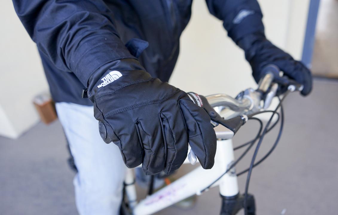 ザ・ノース・フェイスの手袋は、どんな天候にも適応! 冬の自転車移動にも最高です