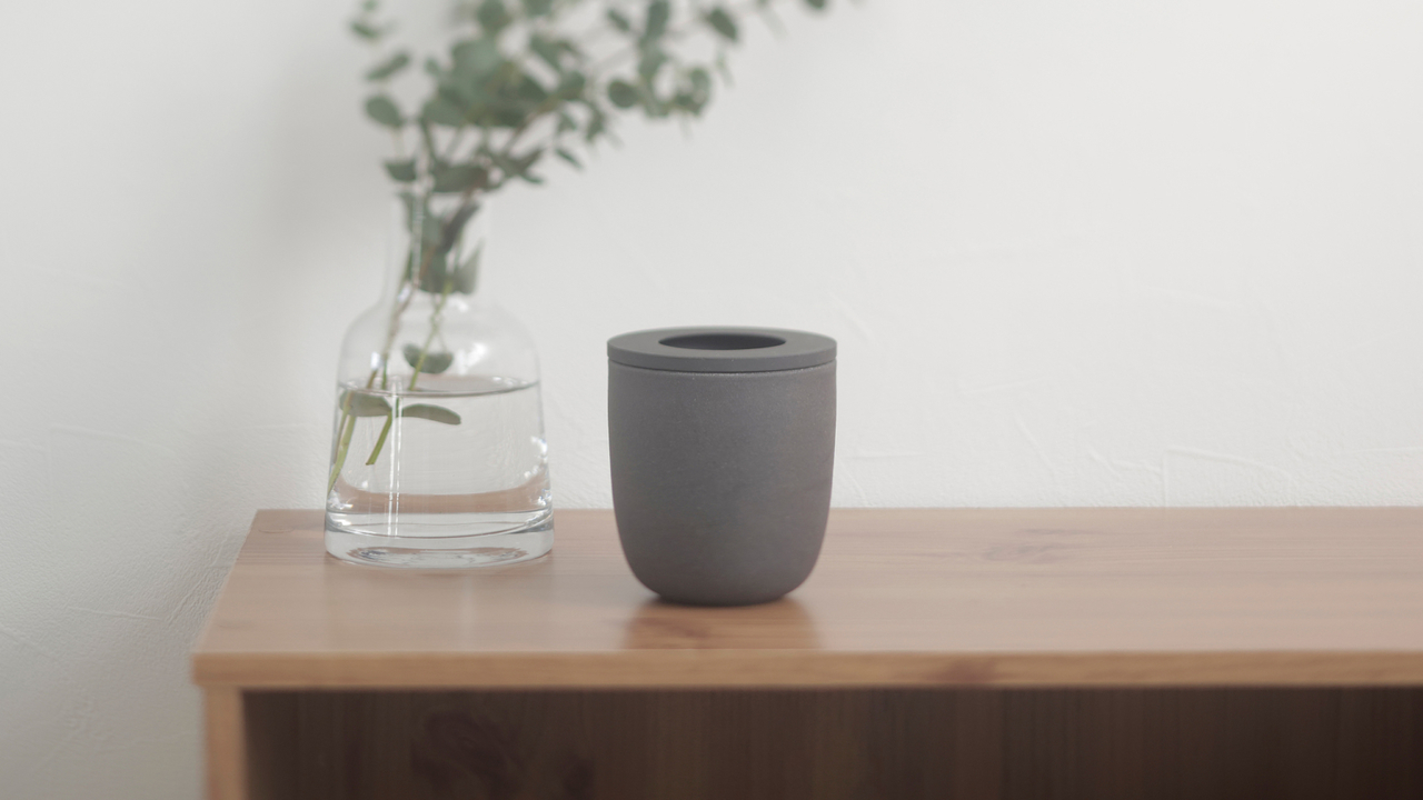 フィルターのまま入れるだけでOK。コーヒーかすを消臭剤に再利用できるポット