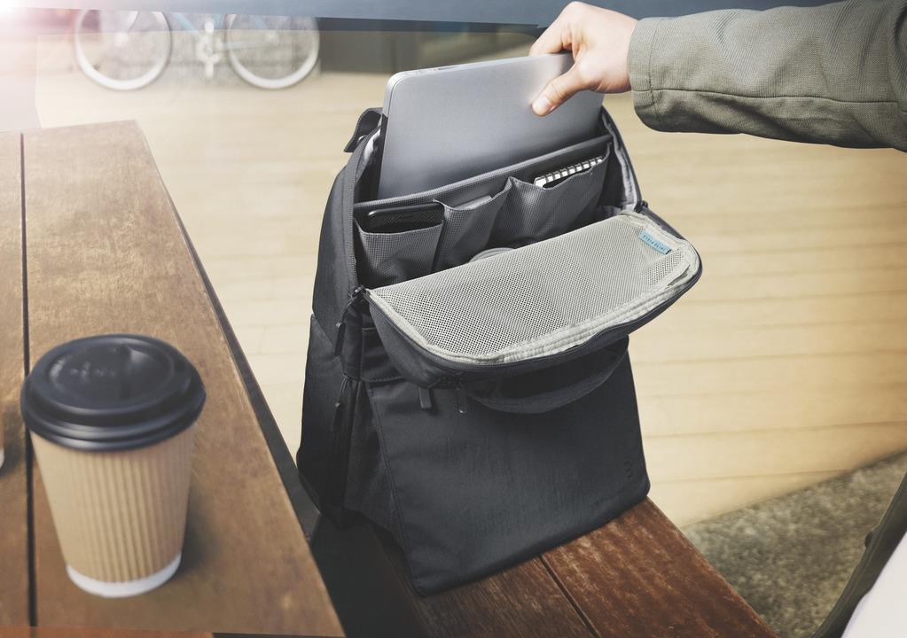 バッグが立った! バッグが立った! テレワーク時代のバックパックは立つほうが使いやすい