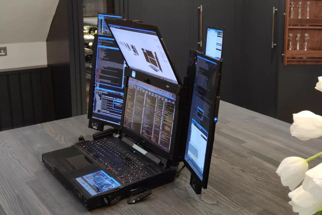君は使いこなすことができるか。7画面ラップトップ「Aurora 7」爆誕