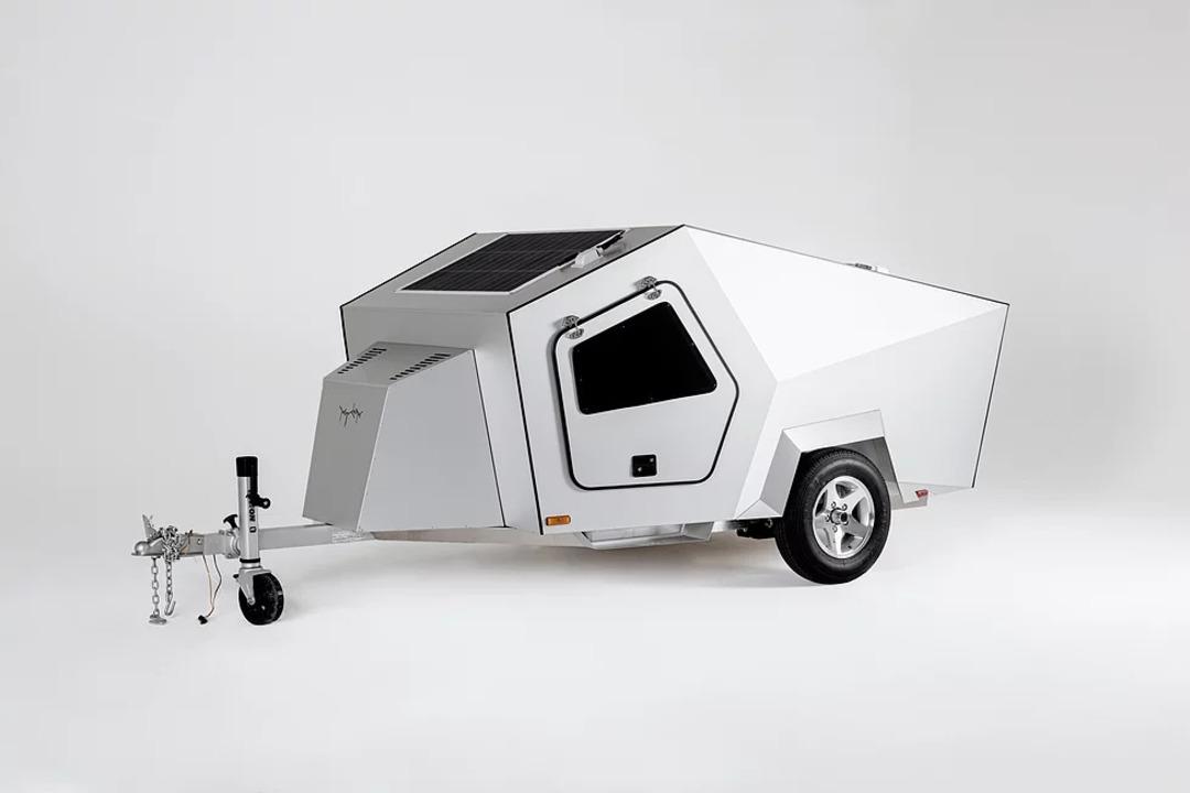 Cybertruckソックリのキャンピングカー、太陽光パネルで充電&牽引するEVに給電しながら走る