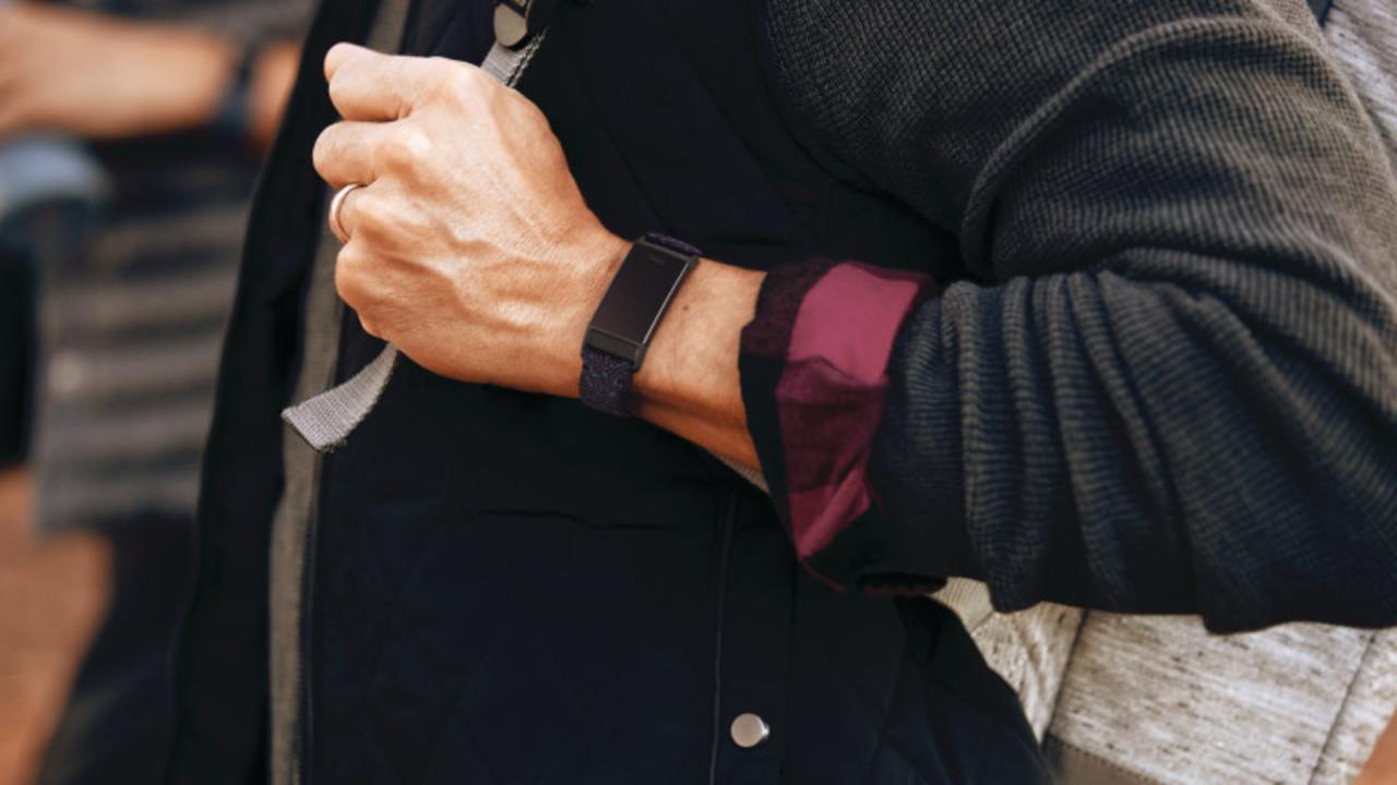 Fitbit Charge 4がアプデでパワーアップ。皮膚温度追跡も可能に