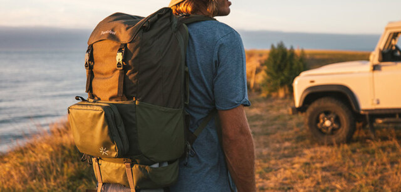 くっついて伸びる。ユニークな収納機能満載の多機能バックパック「Shall Backpack」が登場