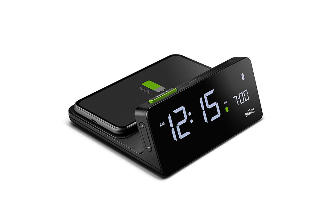 ジョニー・アイブにも影響を与えたブラウンから、スマホも充電できるデジタル時計が出た