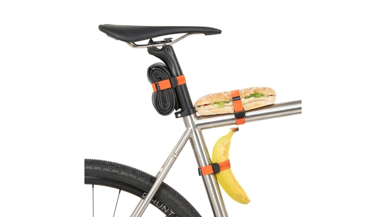 荷物も交換チューブも…バナナも? 自転車に何でも固定できるストラップ