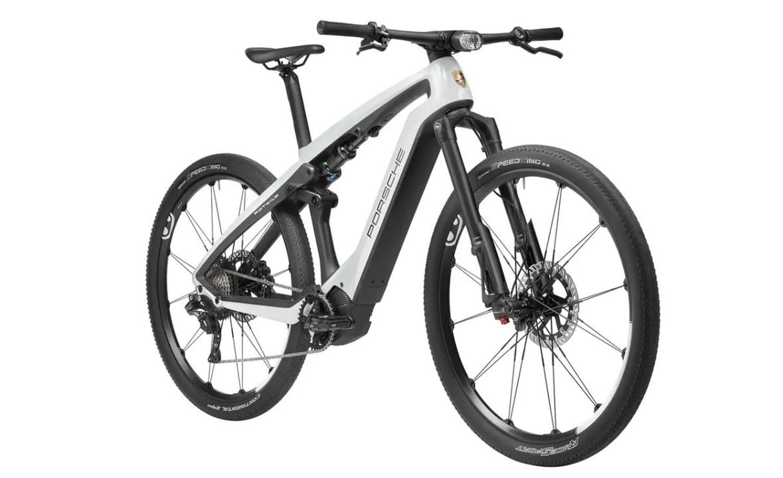 ポルシェデザイン、新型EV「タイカン」にマッチする電アシ自転車を2種発表