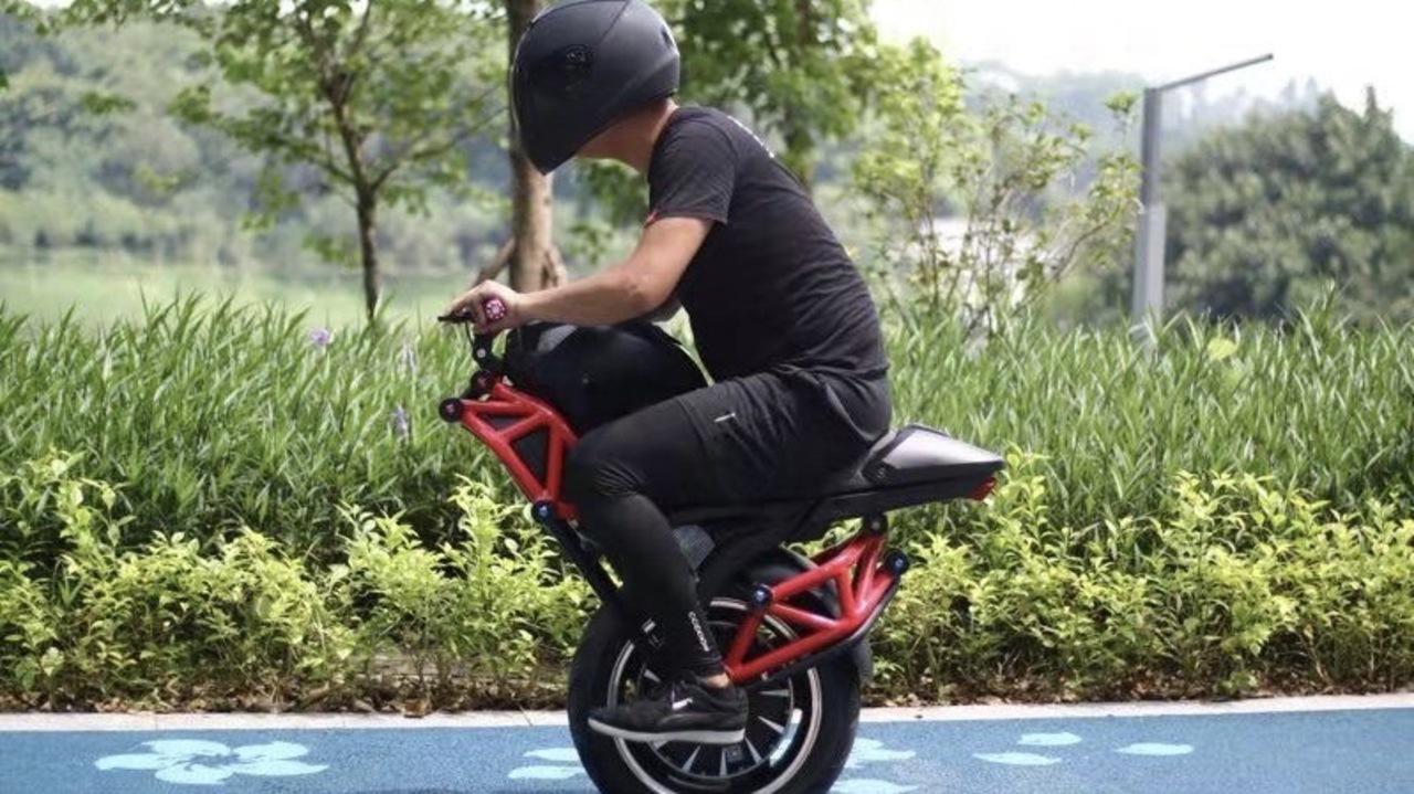 このバイク、タイヤが足りないぞ? Alibabaで買えるドゥカティみたいな1輪EVモノサイクル