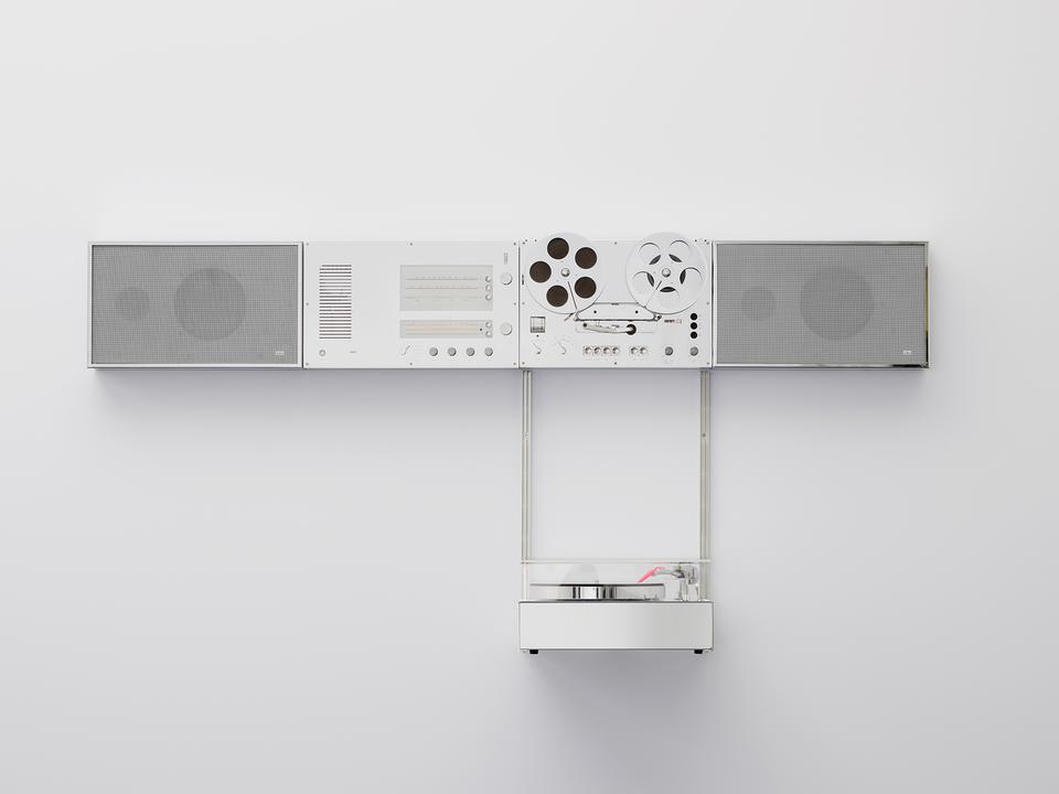 """ブラウン100周年記念! ヴァージル・アブローが""""機械遺産""""級の壁掛けオーディオを復活させる"""