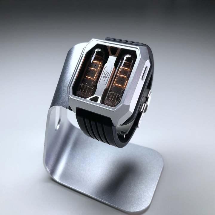 70年代の旧ソ連製ニキシー管を使ったシブい手作り腕時計。6万7,000円!