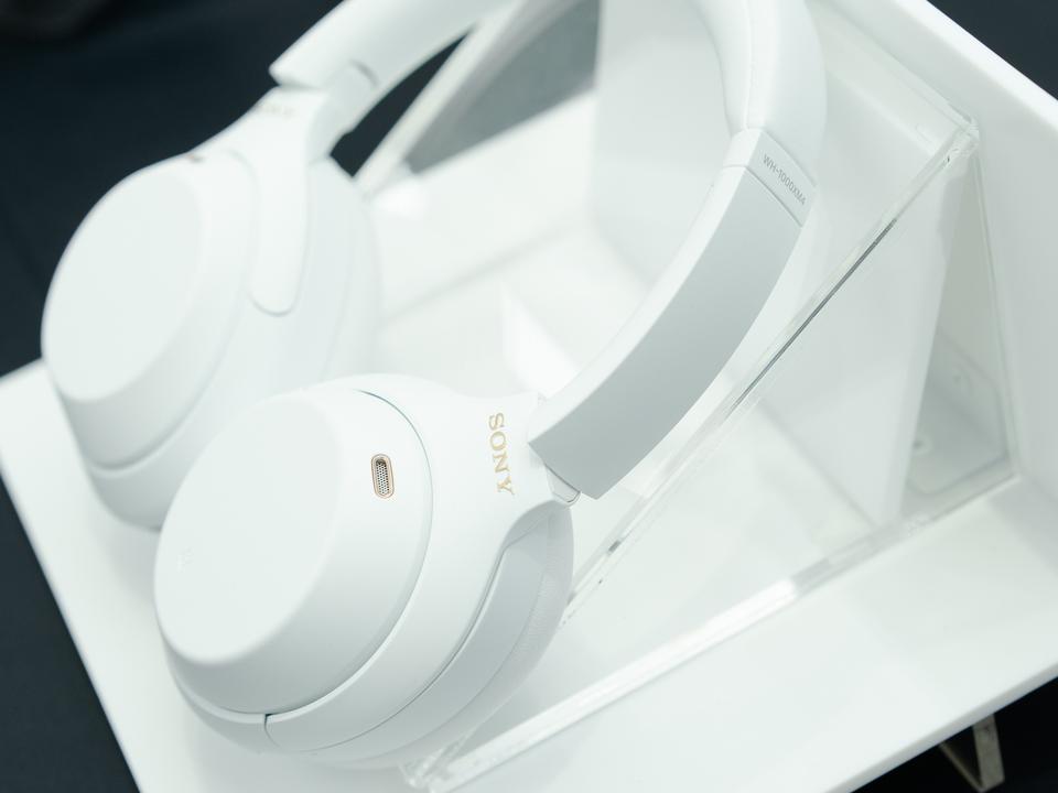 驚きの白さ。定番ノイキャンヘッドホン「ソニー WH-1000XM4」の限定モデルがホントに白い