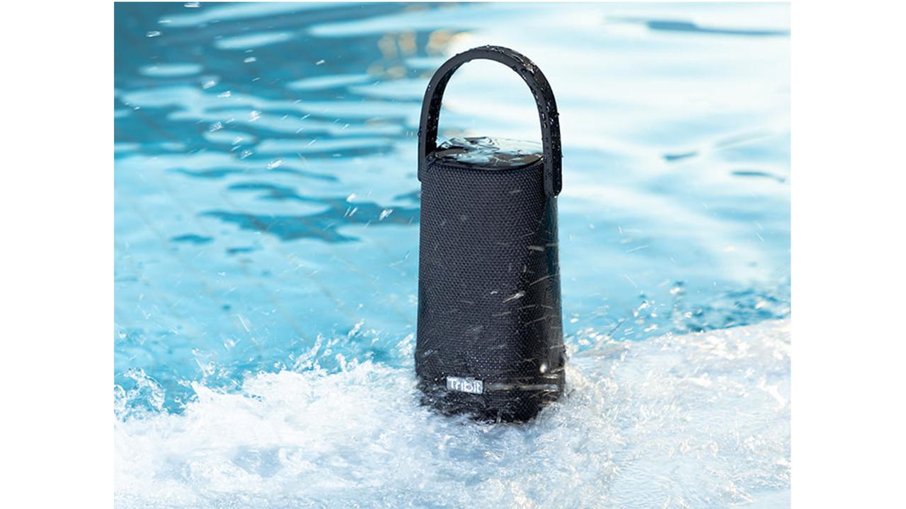 アウトドアのおともに。完全防水&ハンズフリー通話&モバイルバッテリーにもなる360度スピーカー