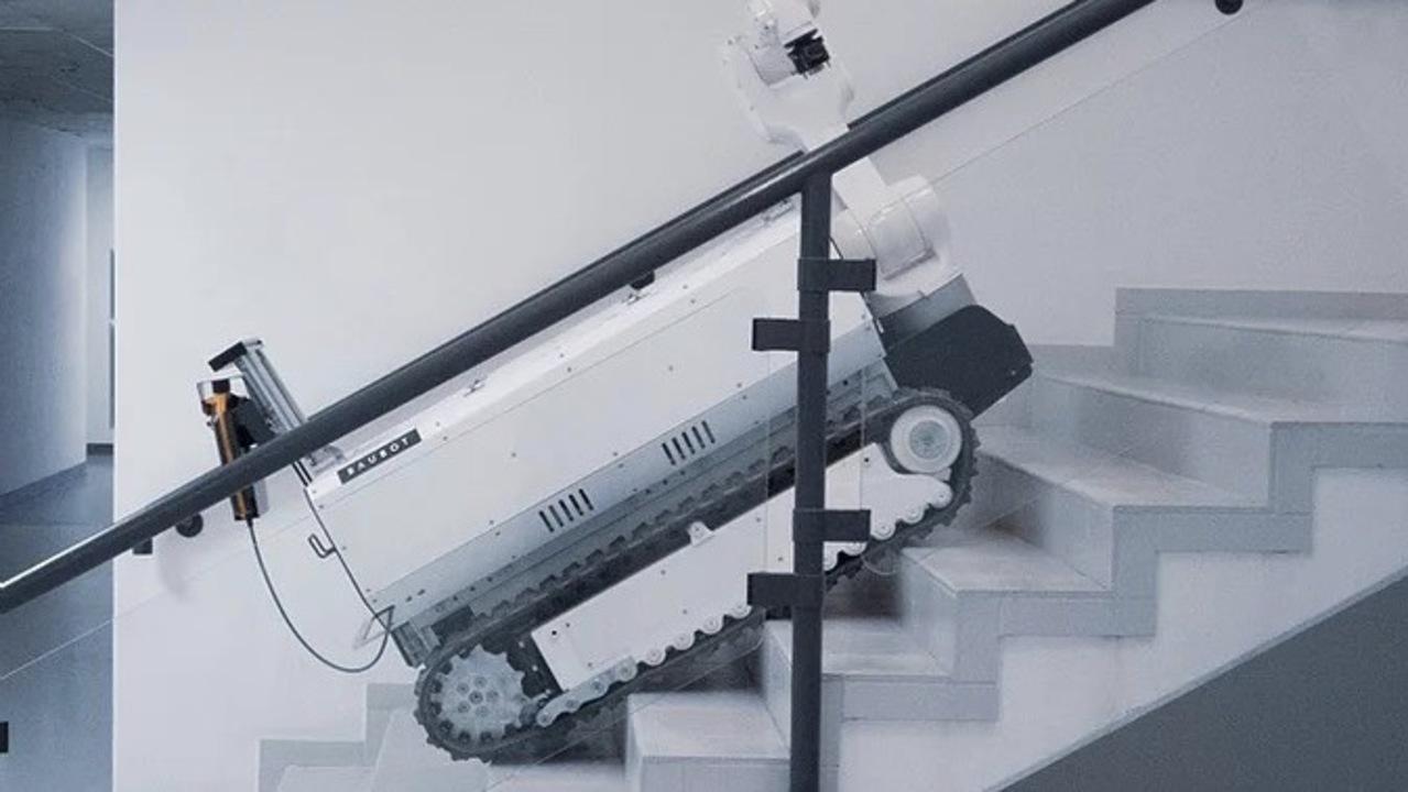 スマホで操縦できるお手軽さ。キャタピラ移動&ロボットアームで工事を行う建築ロボ「BAUBOT」