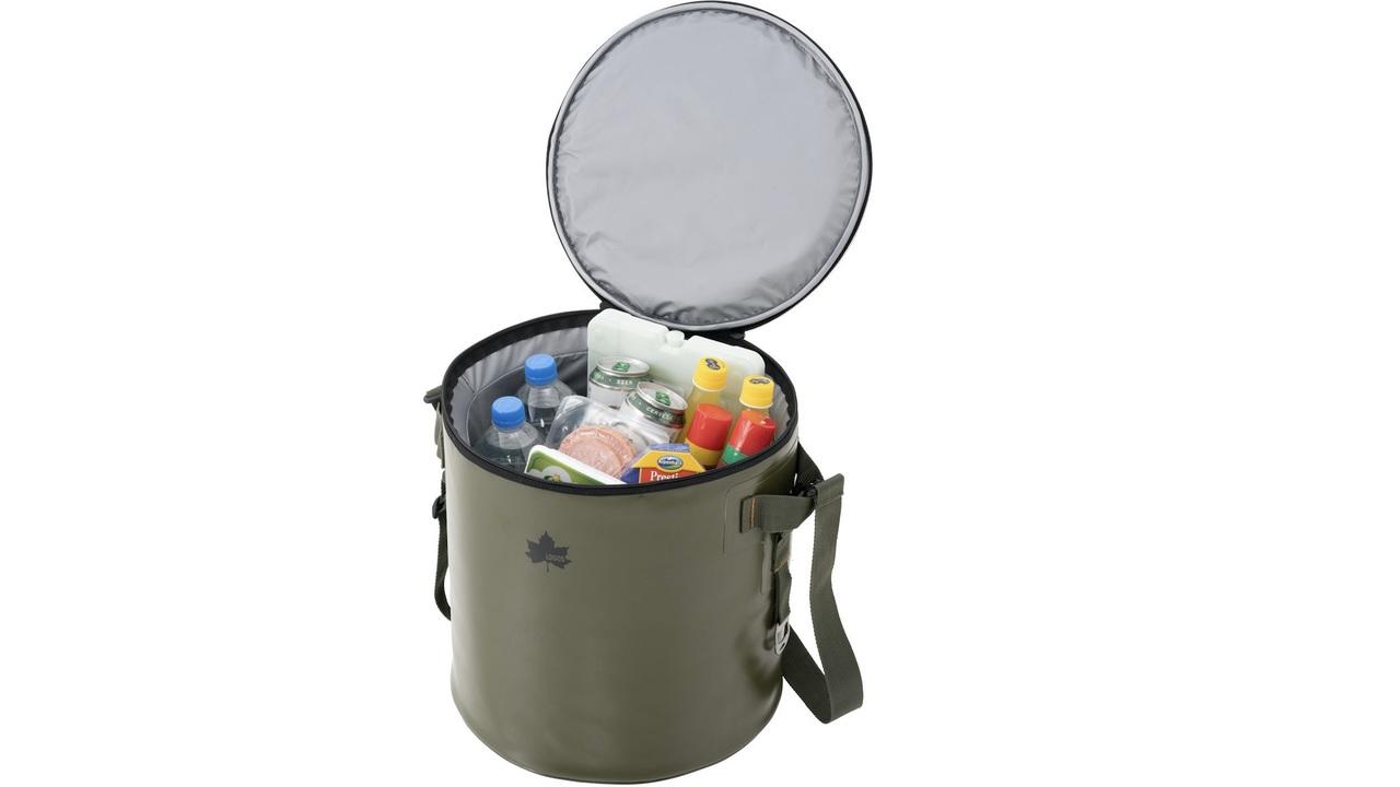 アウトドアに肩掛けで持てるドラム型クーラーバッグ2種。折りたたみ式の方が便利かな