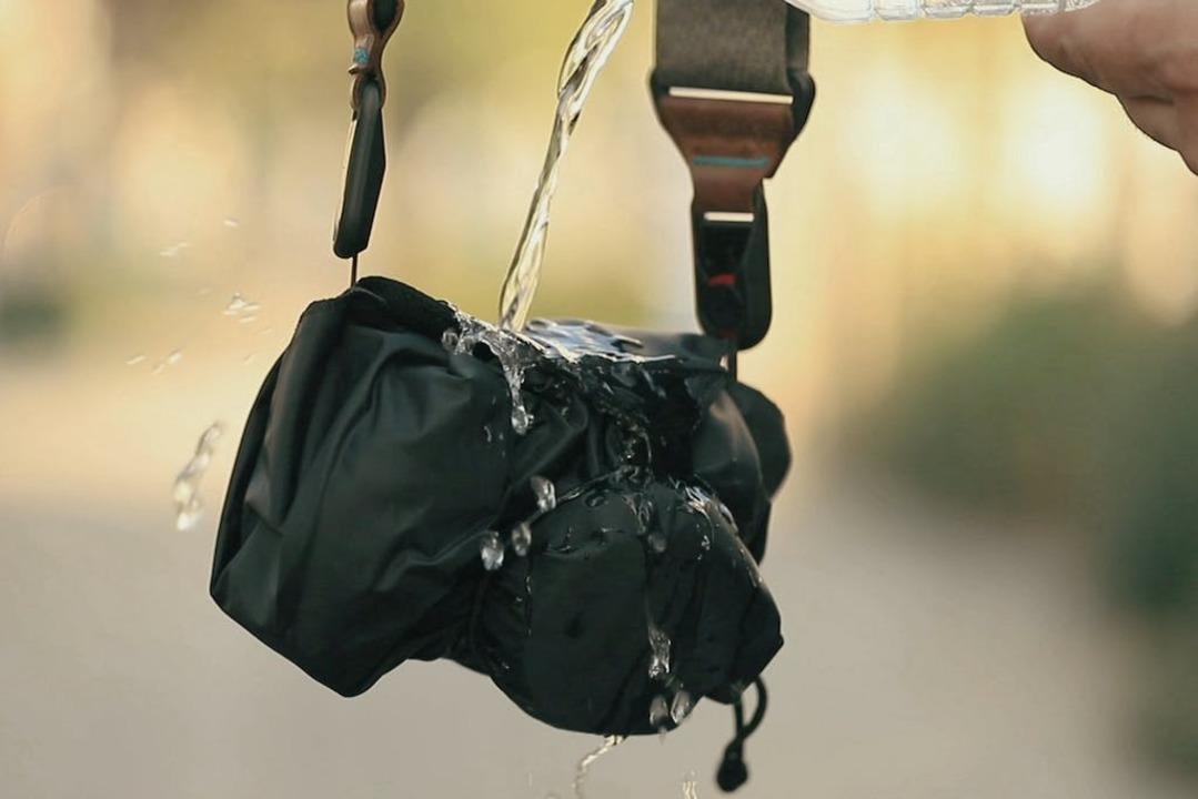 水濡れや傷から護る! 外は撥水&中はクロスになっているカメラ用の風呂敷