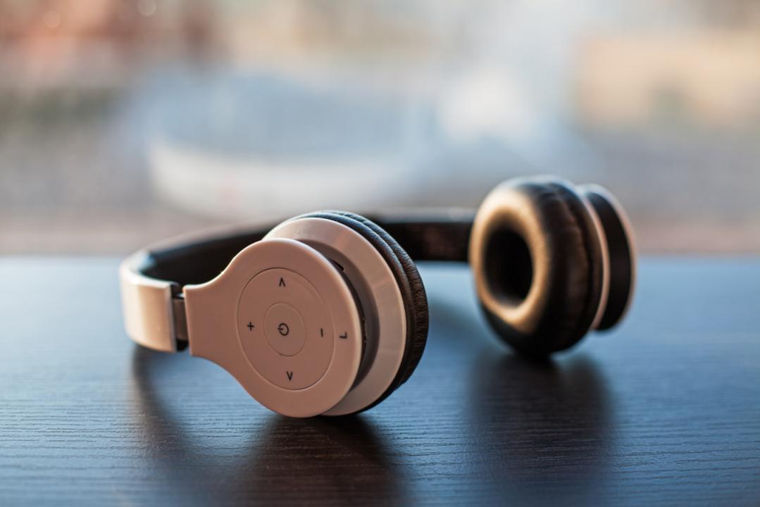 【2021年】ワイヤレスヘッドホンおすすめ12選|高音質なものや人気メーカーをご紹介
