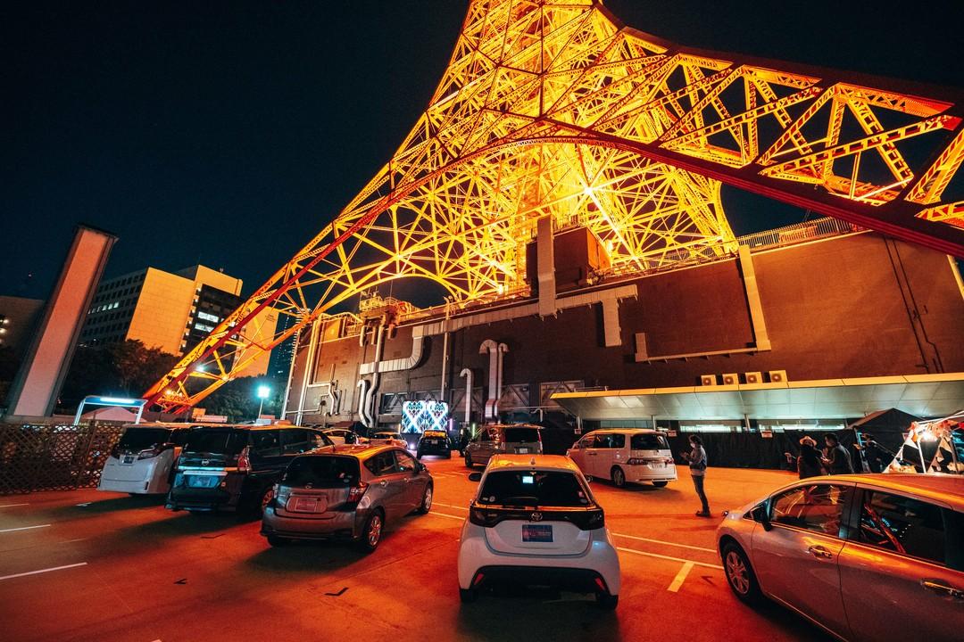 オンラインとリアルを繋げるキューブ型ステージ、東京タワーの麓に出現。配信イベント「#ミライノサクラ」