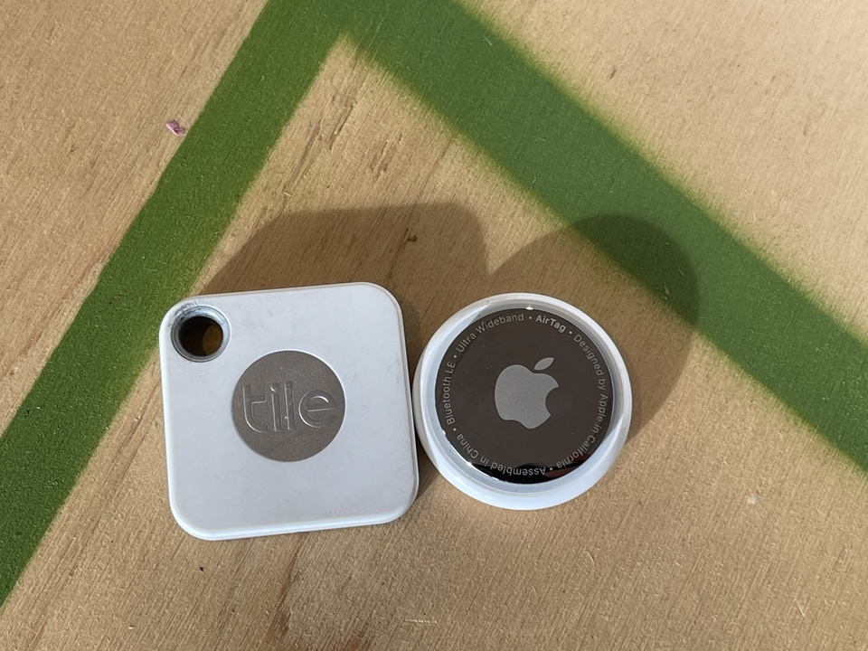 AirTagとTile Mateを比較。紛失防止デバイスどこがどう違うの?