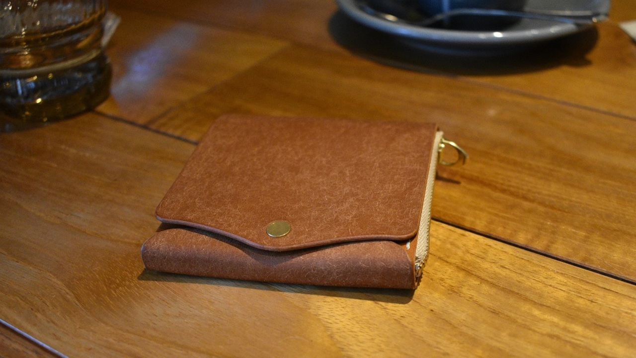 革の質感とエクスペリエンスが育まれるミニマム財布「Saku」を使ってみた!