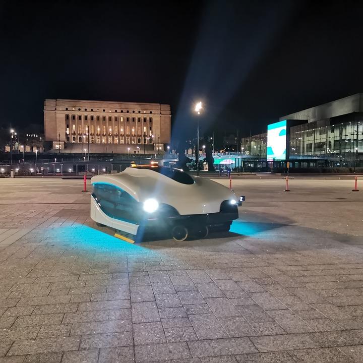 夜のヘルシンキで活躍する未来のロボット掃除機
