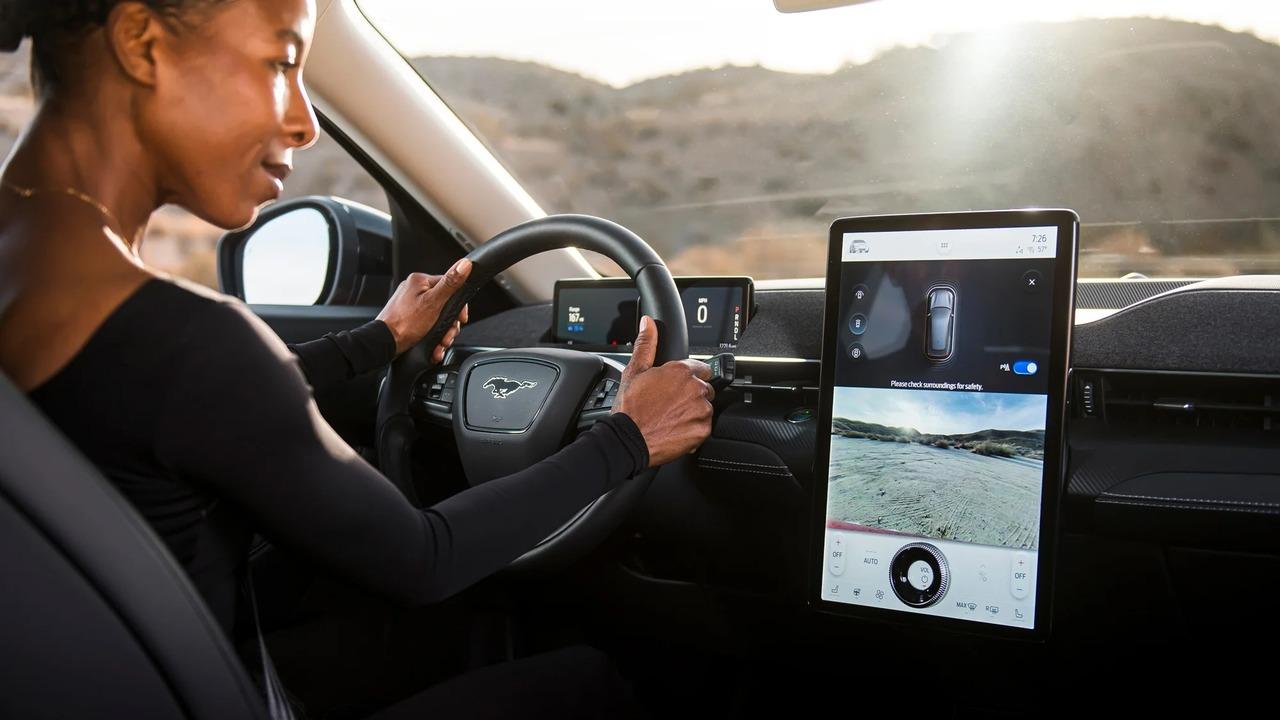 来るぞ、車のスマート化。フォードが車内広告を模索中?