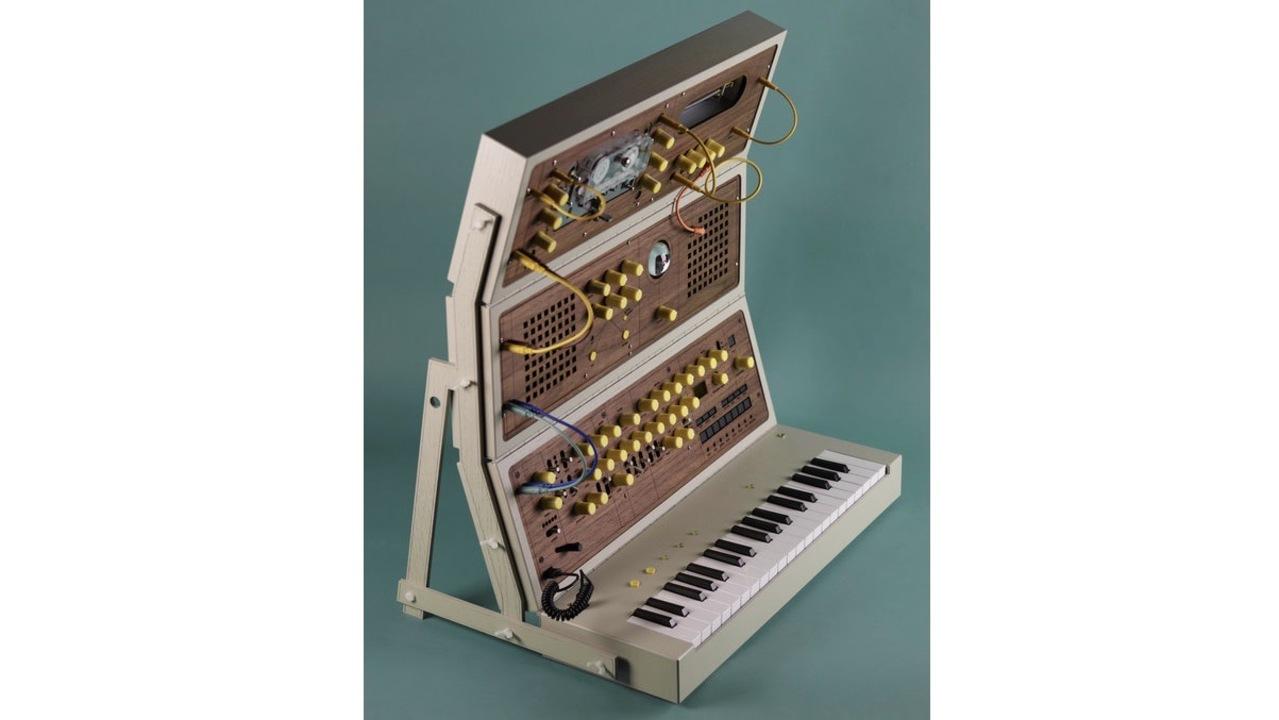 ポータブルな折り畳み木製シンセサイザー。いろんな楽器を組み合わせてできてます