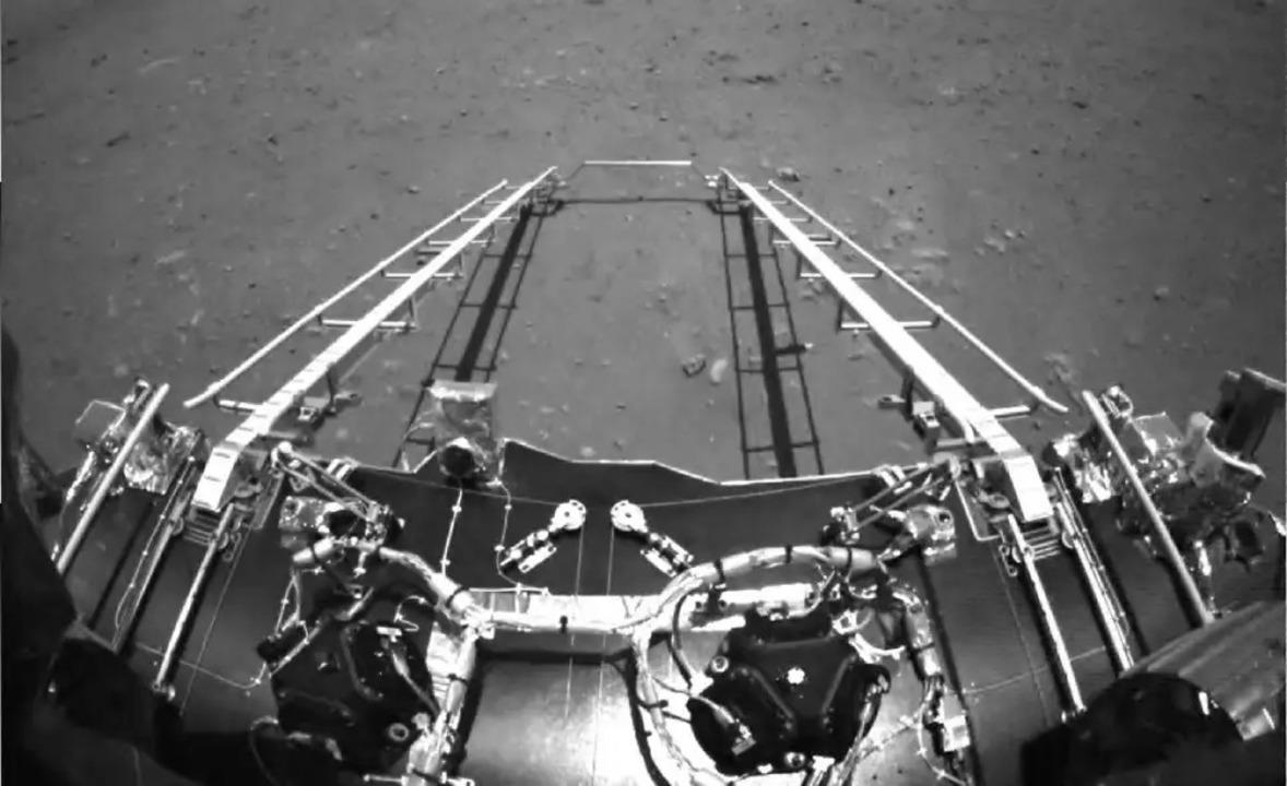 中国の火星探査車「祝融号」から初画像が到着!