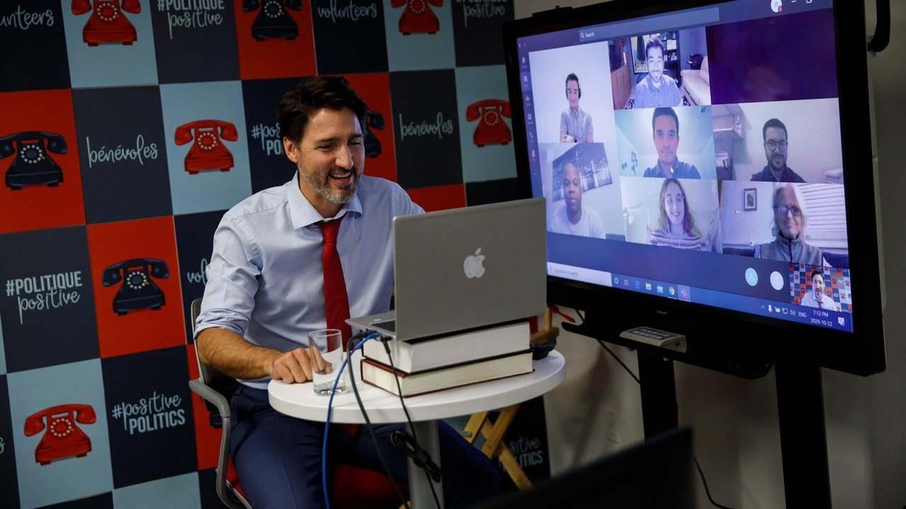 カナダの首相のパソコン、WindowsにAppleステッカー貼ってない?