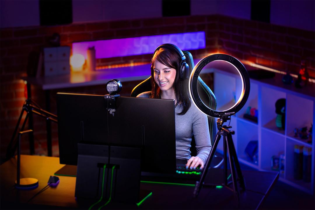 ゲーム実況者を煌々と照らすRazerのLEDリングライト