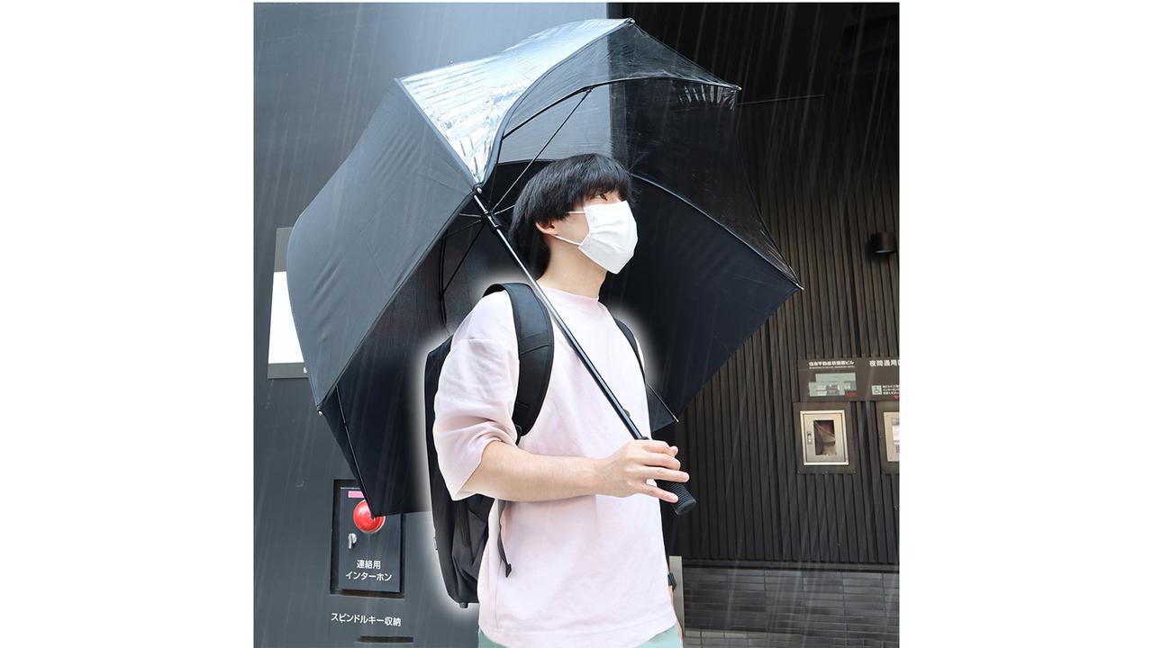傘をさしてもリュックが濡れる。そんな悲劇に終止符を打つ傘、サンコーが作りました