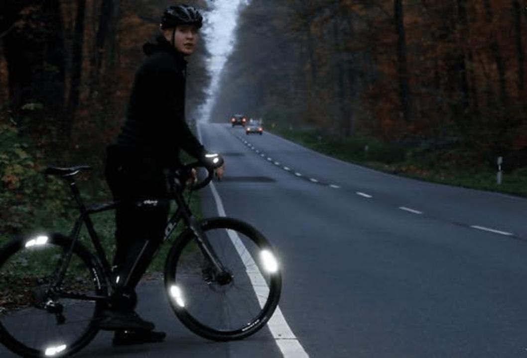 自転車の夜道の安全性をアップ! 広角で光る「FLECTR」を試してみた