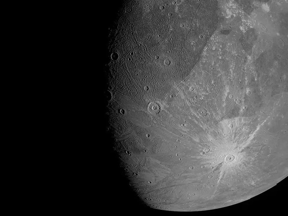 NASAの探査機「ジュノー」から、木星の衛星ガニメデの最新画像が到着