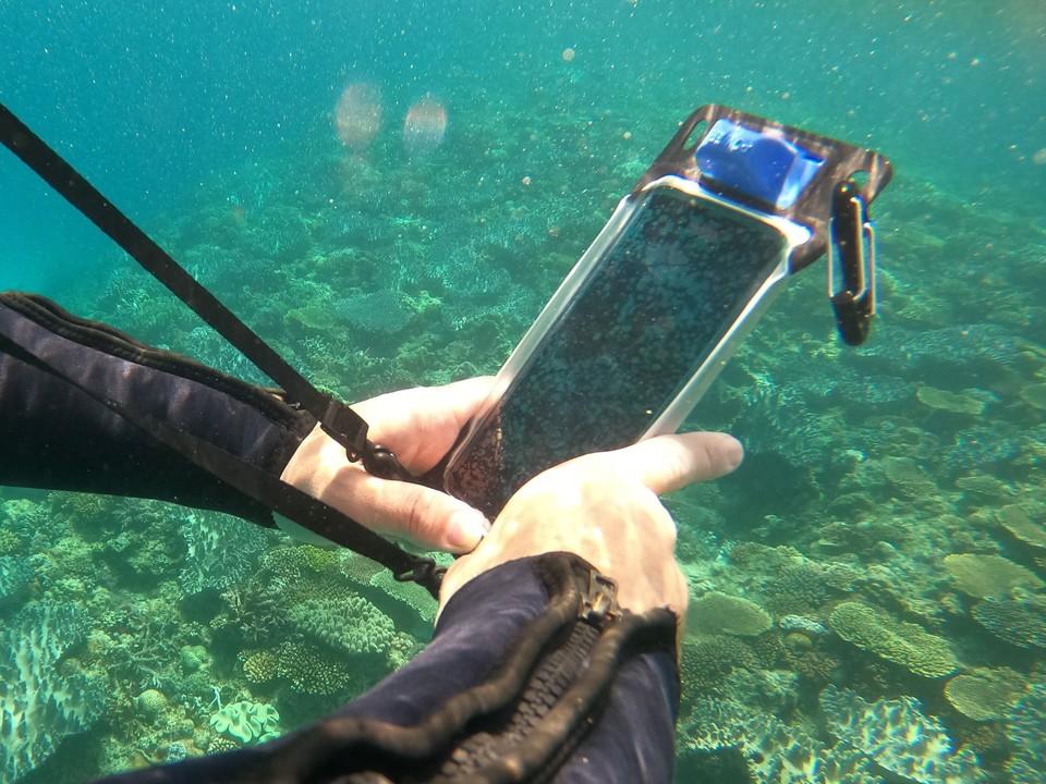 安心の防水性能! 水中撮影やタッチ操作が可能なスマホポーチを試してみた