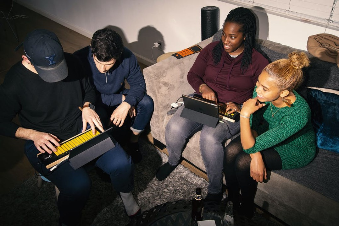 パッドを乗せるだけで操作感をチェンジ! MPE対応MIDIコントローラー「 joue play+」