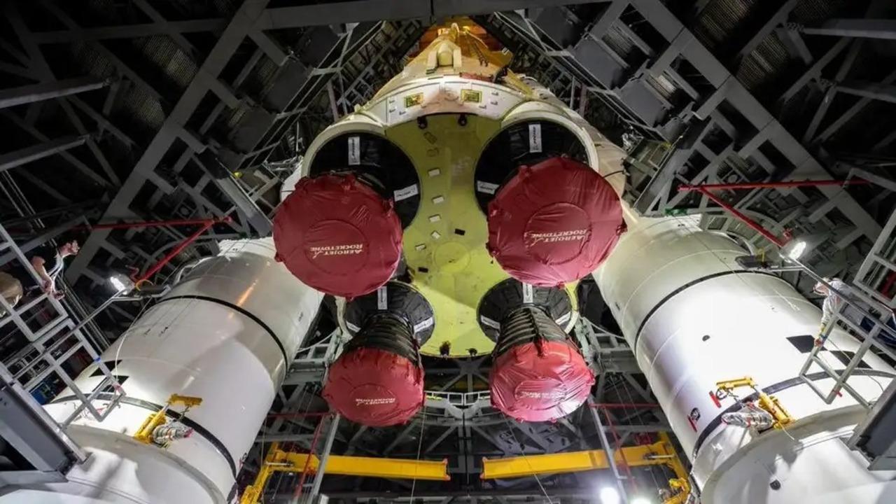 圧巻!NASAの大型ロケットのコア・ステージを2基のブースターの間に降ろす様子を収めたタイムラプス動画