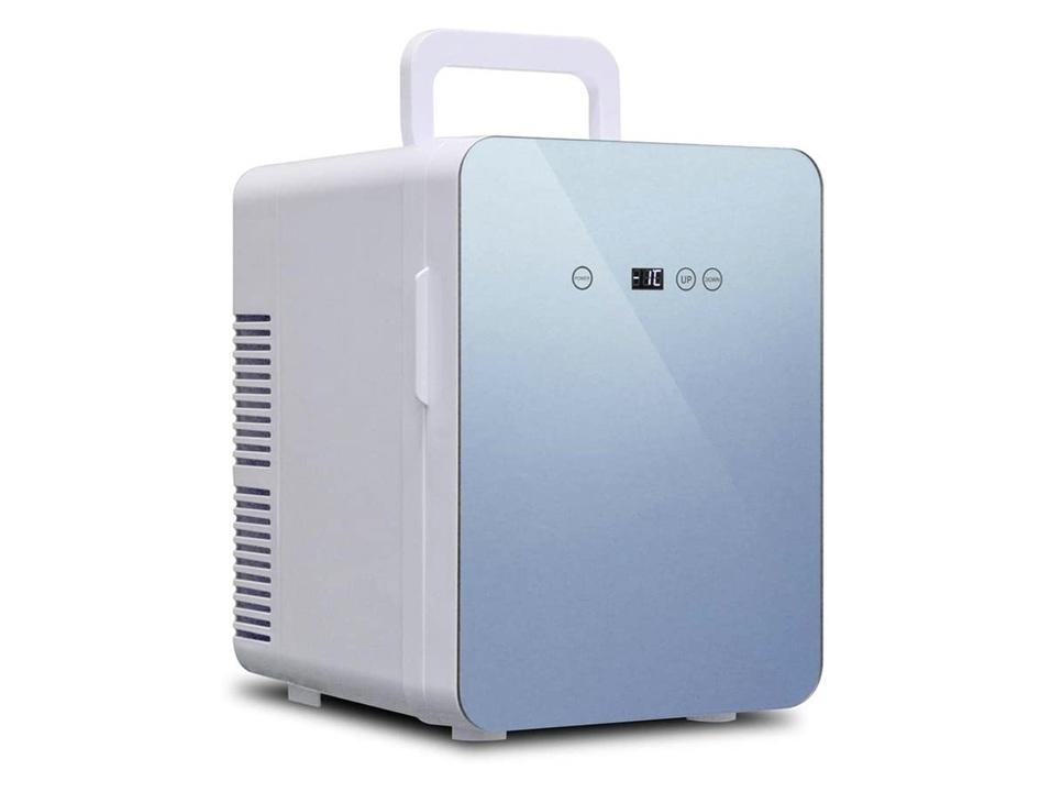 コンパクトサイズの冷温庫は家庭でも車内でも使えて、オールシーズン大活躍だね