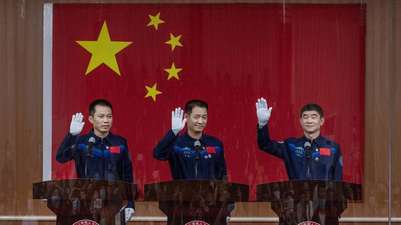 中国、新宇宙ステーションへの最初の乗組員を打ち上げ