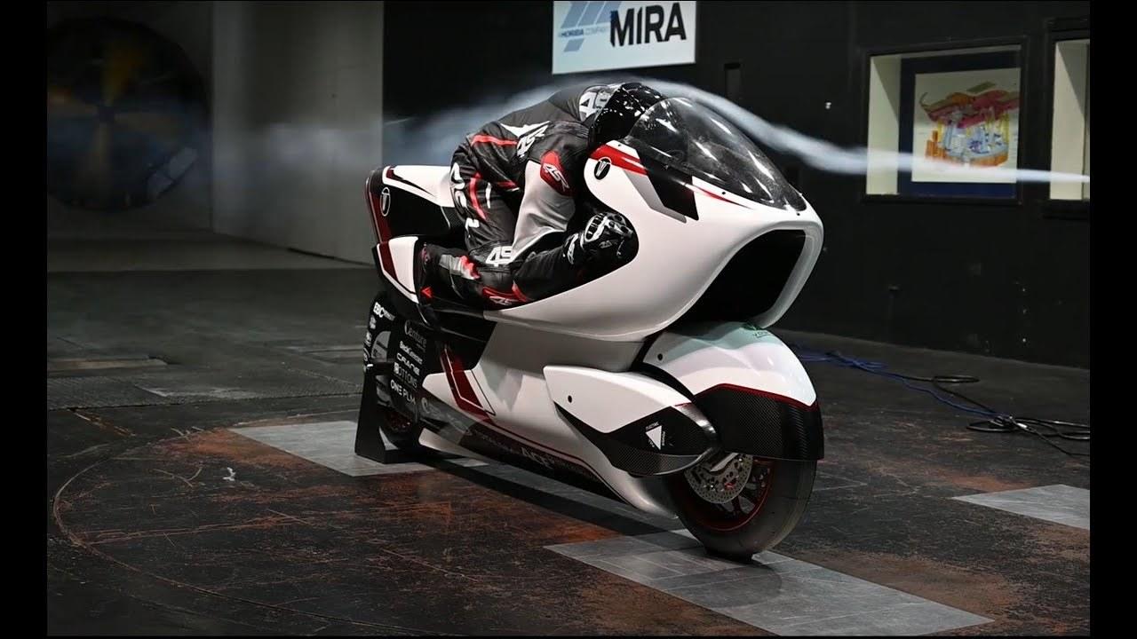 シート下を通り抜ける穴が空力のカギ。時速400km/hで走れる2輪駆動EVバイク「WMC250EV」