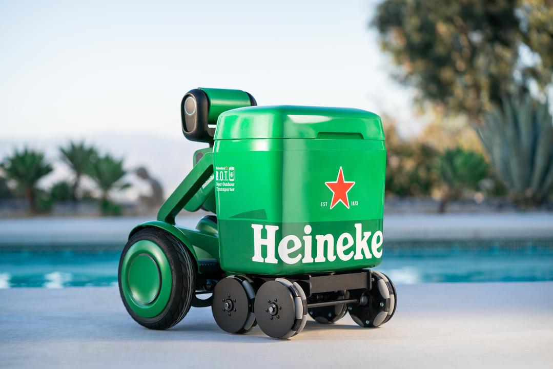 抽選で当たるかも! おしゃべりしながらビールを運ぶクーラーボックス型ロボがいれば夏を快適に過ごせそう