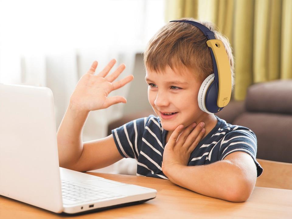 JVCから子ども用無線ヘッドフォン登場。誤操作で爆音にならず耳を守る