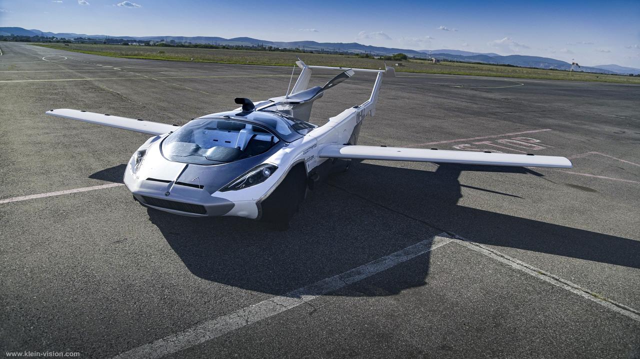 自動車が空飛んでる! 飛行機にトランスフォームする「AirCar」が都市間飛行に成功