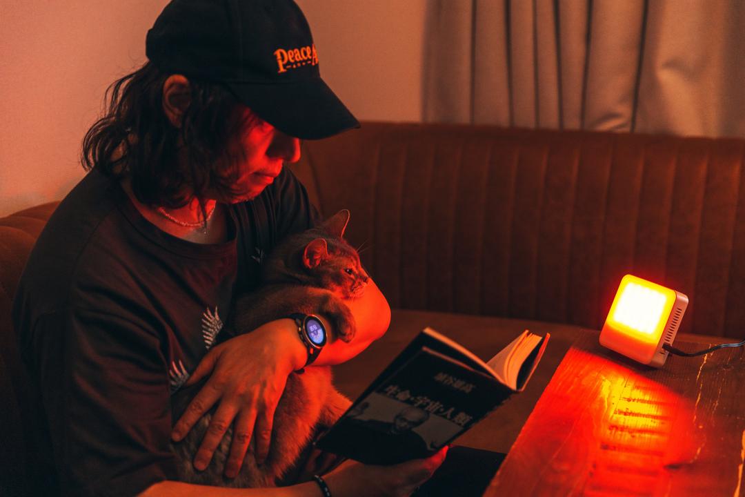 LEDにこだわりを持つギズモード編集長・尾田が、睡眠リズム照明「トトノエライト」を使ってみた