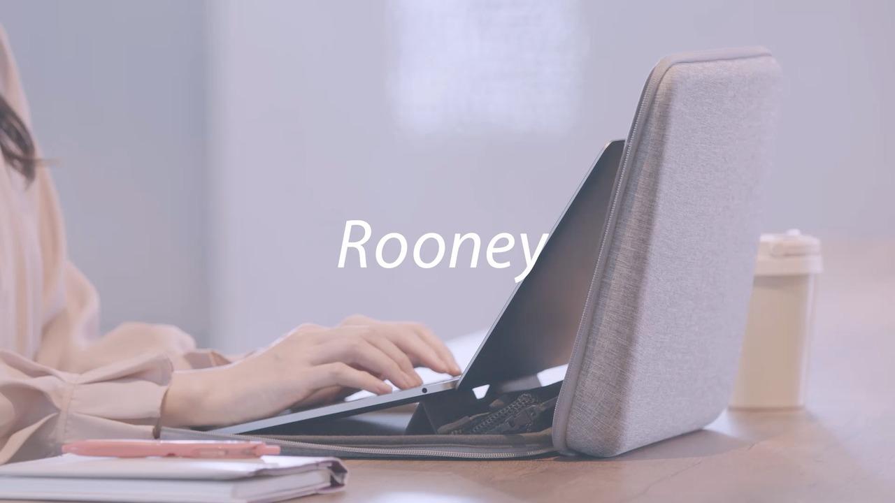 持ち運べるワークスペース。コクヨから開くとそのままノートPCのスタンドになるバッグ「Rooney」