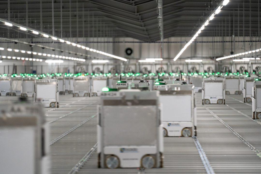 謎のディストピア感。Ocado社の倉庫で食料品を運ぶ何千もの箱型ボット