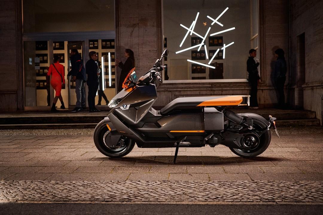 ロボットにトランスフォームしそう。BMWの未来的なEVスクーター「BMW CE 04」がついにデビュー!