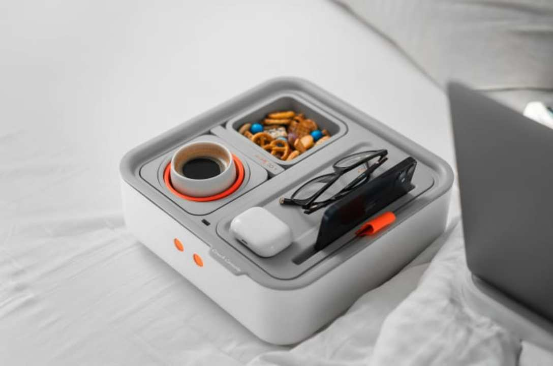 ソファーやベッドで仕事する人に。リモコンやスマホや飲食物を同時に置けるモジュラー式のお盆が有能!