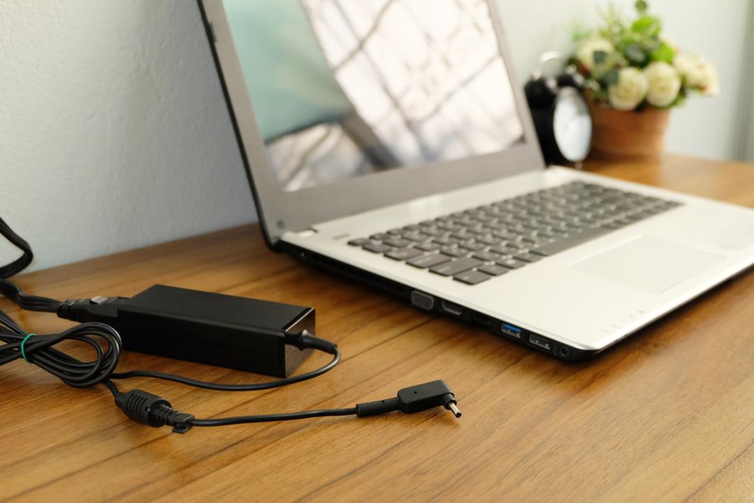 結局、ノートパソコンは電源につなぎっぱなしにして良いの?ダメなの?