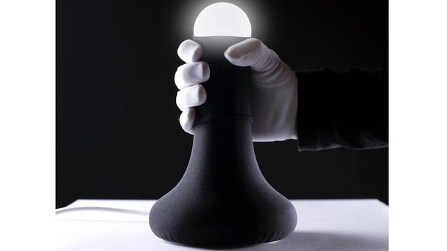 カバーをズリ下げると点灯。男性が親近感を覚えるアーティスティックなライト