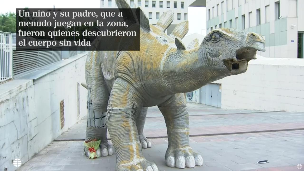 恐竜の像の内部で見つかった不思議な遺体。死亡理由が明らかに