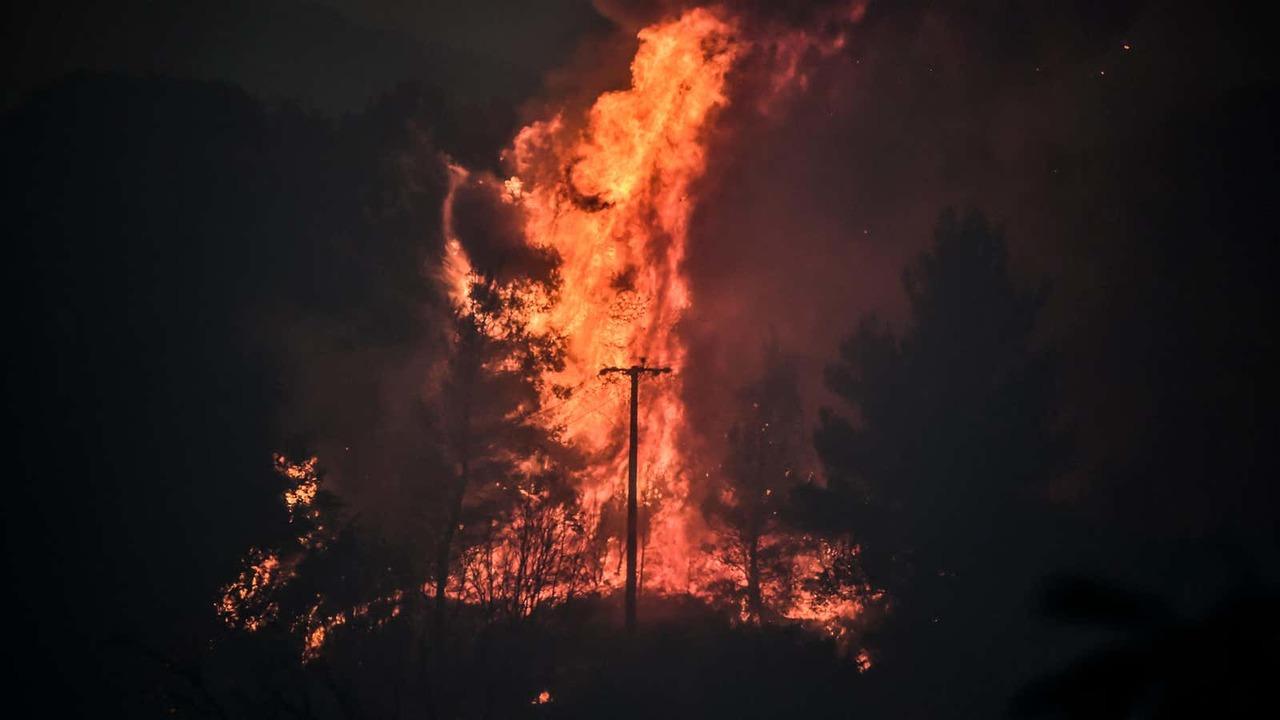 大規模な山火事が発生しているギリシャでは、今週も記録的熱波が続くとの見込み…
