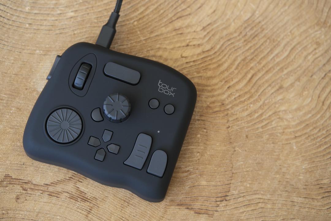 カスタム自在な左手用デバイス「TourBox NEO」、ギズ屋台でちょっとお安く売ってます